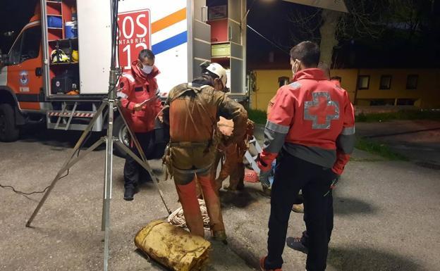 Rescatado el espeleólogo herido en una Cueva de Arredondo